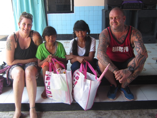 Mengantarkan donatur mengunjungi beberapa warga miskin di