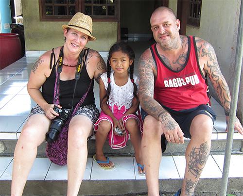 klungkung men De pura goa lawah is een heilige grot vol met vleermuizen aan de zuidoostkust van bali vlak bij klungkung  hier maakt men zout van het zeewater de vleermuizen.